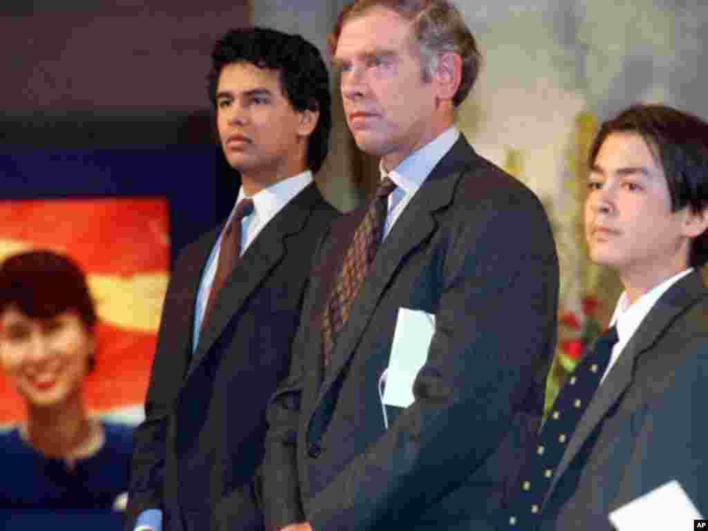 """1991年昂山素季因""""以非暴力民主和人权斗争""""而获得诺贝尔和平奖,可是她由于遭到软禁,无法参加颁奖典礼,只能由她的丈夫和儿子代领。路透社"""