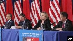 ຈາກຊ້າຍ: ທີ່ປຶກສາລັດຖະບານຈີນ Dai Bingguo, ຮອງນາຍົກລັດຖະມົນຕີຈີນ Wang Qishan, ລັດຖະມົນຕີ ຕ່າງປະເທດສະຫະລັດ Hillary Rodham Clinton ແລະລັດຖະມົນຕີການເງິນ Timothy Geithner ເຂົ້າຮ່ວມ ໃນການສົນທະນາຫາລືຍຸທະສາດ-ເສດຖະກິດ ສະຫະລັດ-ຈີນ ຫລື US-China Strategic and Economi