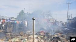 Une foule s'assemble au lieu d'une explosion au marché central, à Maiduguri, Nigeria, le 1er juillet 2014.