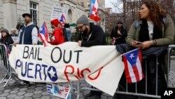 Puerto-rikolik namoyishchilar AQSh inqiroz paytida o'z banklarini qutqardi, nega bizga yordam bermaydi, deb so'raydi.