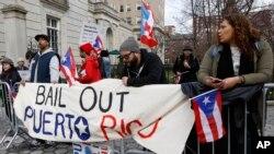 Unjuk rasa menentang keputusan Federal Reserve yang menolong Wall Street ketimbang Puerto Rico, New York. [foto dok.]