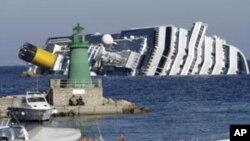 一艘意大利豪华游论周六在在意北部海岸搁浅翻倒