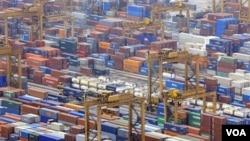 Kontejneri sa robom čekaju na isporuku u Singapuru