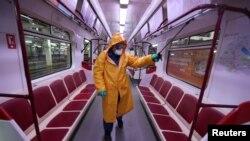 Сотрудник тбилисского метро проводит дезинфекцию вагонов. Архивное фото. 2 марта 2020