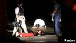 Ranjeni mladić koji je pucao na neoznačena policijska kola, Ferguson, Mizuri 10. avgust 2015.
