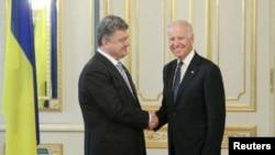 Президент Петро Порошенко і віце-президент Джозеф Байден (архівне фото)