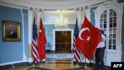 Arhiva - Državne zastave Turske i Sjedinjenih Država postavljaju se pred posetu državnog sekretara SAD Majka Pompea i ministra spoljnih poslova Turske Melvuta Čavašoglua, u Stejt dipartmentu u Vašingtonu, 3. aprila 2019.