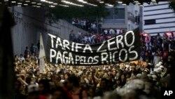 Para pengunjuk rasa menentang Gubernur Geraldo Alckmin dan menuntut transportasi gratis di Sao Paulo, Brazil (25/10).