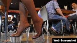 Nhân viên tại quán cà phê bikini. Hình minh họa chụp từ màn hình trang web vnexpress.net