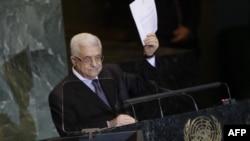 Tổng thống Palestine Mahmoud Abbas giơ cao lá thư yêu cầu công nhận 1 quốc gia của người Palestine tại cuộc họp của Đại Hội Đồng Liên Hiệp Quốc, Thứ Sáu, 23/9/2011