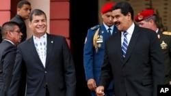 Rafael Correa, izquierda, sonríe junto a Nicolás Maduro, en Miraflores.