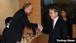 한국이 정부 수립 이후 최초로 유엔의 인권 관련 최고 회의체인 유엔 인권이사회(UN Human Rights Council) 의장을 맡게 됐다. 7일 내년도 유엔 인권이사회 의장으로 선출된 최경림 주 제네바 대표부 대사가 단상으로 나가 요아힘 뤅커 현 의장(독일 대사)과 악수하고 있다.
