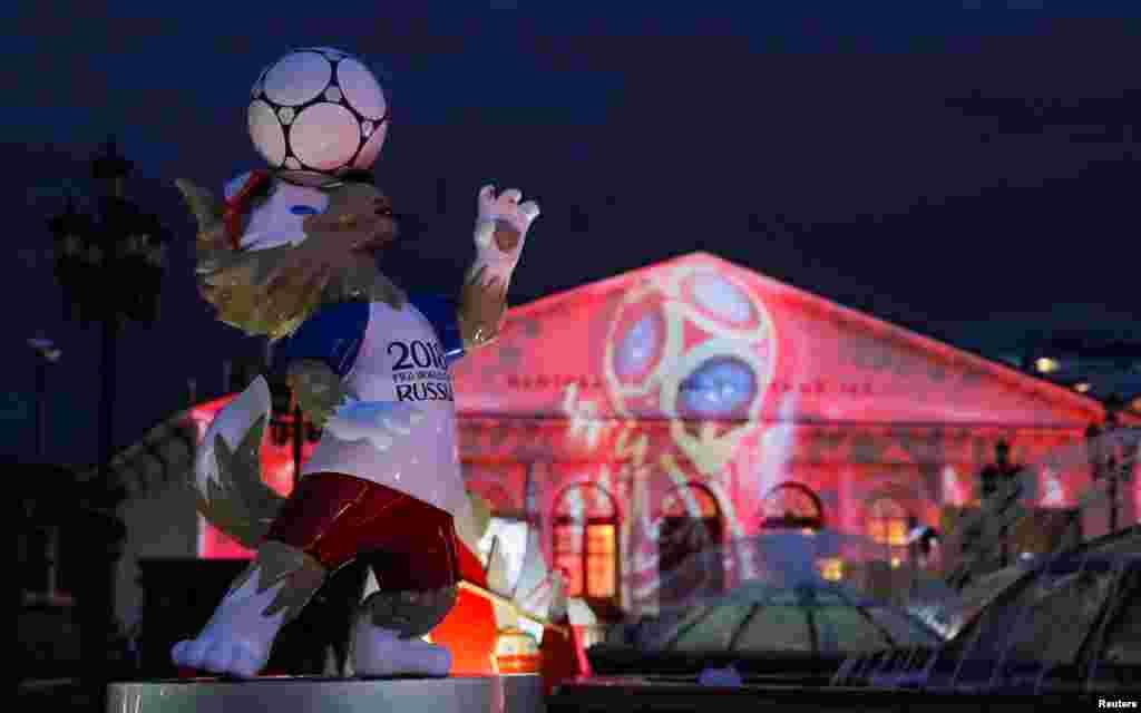 پرده بردارى از نماد رسمى جام جهانى ٢٠١٨ فوتبال روسيه در مقابل ساختمان نمايشگاه بين المللى مانژ در مسكو