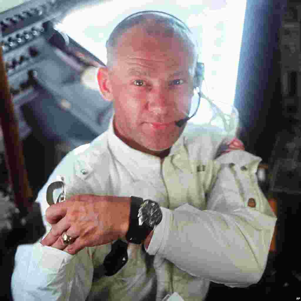 """Astronot Edwin """"Buzz"""" Aldrin di dalam Modul Apollo 11."""