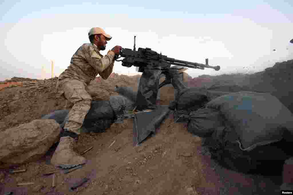 یک پیشمرگه کرد در حال شلیک مسلسل سنگین (دوشکا) در جبهه سلیمانبیک - شمال شهر تکریت، ۹ شهریور ۱۳۹۳