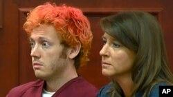 미국 콜로라도 주 총기 난사 사건 용의자 제임스 홈스(왼쪽)가 변호사와 함께 법정에 출두했다.