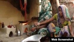 موسہار قبیلے کی خواتین کھانا بکا رہی ہیں۔