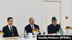 Süleyman Cavadov (solda), İlham Əliyev və Şeyxülislam Allahşükür Paşazadə Cəlal Əliyevin yas mərasimində