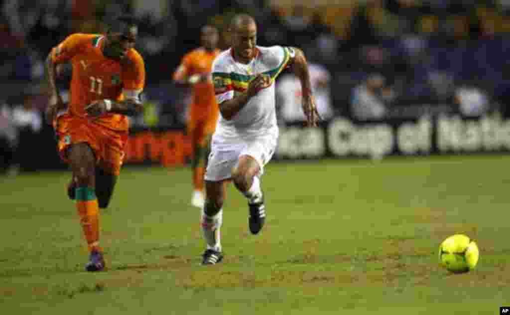 Ivory Coast's Didier Drogba (L) runs for the ball against Mali's Cedric Kante during their African Nations Cup semi-final soccer match at the Stade De L'Amitie Stadium in Gabon's capital Libreville February 8, 2012.