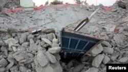 阿瓦兰山区的泥土房在地震中倒塌