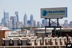 Tanda untuk Philadelphia Energy Solutions berdiri di kompleks kilang di Philadelphia, Rabu, 26 Juni 2019. (Foto: AP)