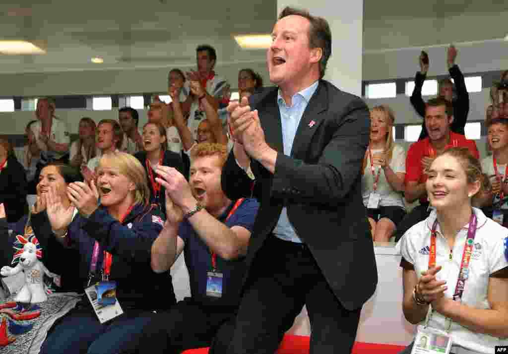 Британский премьер-министр Дэвид Камерон болеет за гребцов