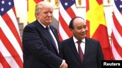 Thủ tướng Nguyễn Xuân Phúc (phải) và Tổng thống Donald Trump tại Văn phòng Chính phủ ở Hà Nội trong chuyến thăm của tổng thống Mỹ tới Việt Nam hôm 12/11/2017.