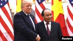 Tổng thống Hoa Kỳ Donald Trump (trái) bắt tay Thủ tướng Việt Nam Nguyễn Xuân Phúc trong dịp đến Hà Nội vào tháng 11 năm 2017.