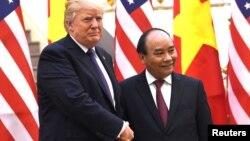 """Tổng thống Trump đã chào bán """"máy bay, tên lửa"""" khi tới Hà Nội cuối năm ngoái."""