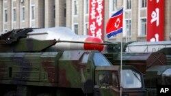 지난해 10월 평양 김일성 광장에서 열린 노동당 창건 70주년 열병식에 노동 중거리 탄도미사일이 등장했다. 한국 합동참모보는 북한이 3일 노동으로 추정되는 탄도미사일 2발을 동해상으로 발사했다고 밝혔다. (자료사진)