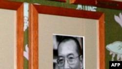 Официальная фотография Лю Сяобо на выставке в зале заседаний Нобелевского комитета.