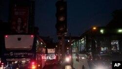 Lampu lalu lintas yang mati saat pemadaman listrik di Jakarta akibat gangguan transmisi listrik, 4 Agustus 2019. (Foto: AP)