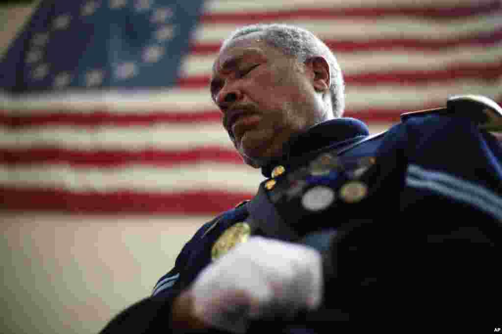 Ông Robert Fuller Houston ăn mặc theo kiểu binh sĩ trong thời nội chiến của Mỹ cúi đầu tưởng niệm trong buổi lễ tại Philadelphia.