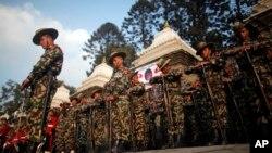 Tentara Angkatan Darat Nepal memberikan penghormatan terkahir bagi PM Sushil Koirala sebelum jenazahnya dikremasi di sungai Bagmati River, Kathmandu, Nepal, 10 Februari 2016. (Foto: dok). Nepal akan mulai mengadakan latihan militer dengan China untuk pertama kalinya, bulan depan.
