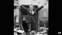 ریچارد نیکسون هنگام سوار شدن به هلیکوپتر در خارج از کاخ سفید از کارمندانش خداحافظی می کند. ۹ اوت ۱۹۴۷