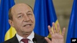 Romanya Devlet Başkanı Traian Basescu ile Başbakan Victor Ponta arasındaki güç mücadelesi devam ederken AB'nin şikayetleri sürüyor.