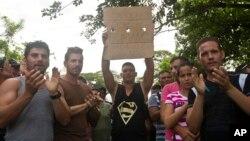 Migrantes cubanos sostienen un cartel exigiendo derechos humanos en Peñas Blancas, Costa Rica, en la frontera con Nicaragua.