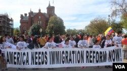 Según los activistas por la reforma inmigratoria toda la comunidad debe participar para conseguir lo que desean no solo a través de la asistencia a las marchas sino también contactando a sus legisladores para que se apruebe una ley que acabe con las deportaciones. [Foto: Mitzi Macias, VOA].