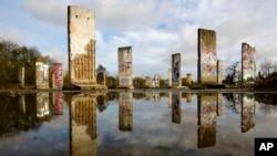 Những mảnh tường của Bức tường Berlin được trưng bày để bán tại thành phố Teltow, gần Berlin.