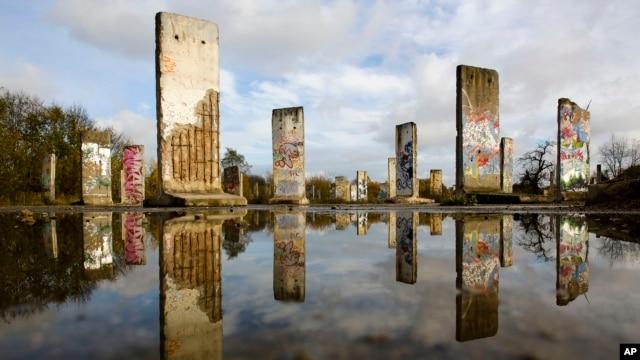 Những mảnh tường của Bức tường Berlin được trưng bày để bán tại thành phố Teltow, gần Berlin, Đức, vào dịp kỷ niệm 24 năm bức tường này sụp đổ.