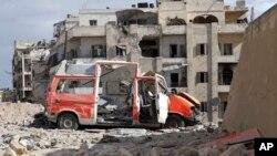 ຮູບພາບຂອງກຸ່ມປົກປ້ອງພົນລະເຮືອນ ໝວກເຫຼັກຂາວ ສະແດງໃຫ້ເຫັນວ່າ ລົດໂຮງໝໍ ຖືກລະເບີດ ຢູ່ຕໍ່ໜ້າ ສຳນັກງານຂອງອົງານດັ່ງກ່າວ ໃນເມືອງ Aleppo. (23 ກັນຍາ 2016.