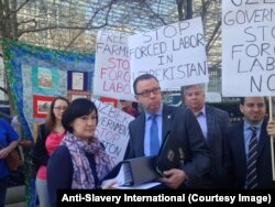 March 9, 2016, Washington, D.C.: Uzbek civil society activists and more than 140,000 people from around the world presented a petition to World Bank President Dr. Jim Yong Kim, calling on the Bank to suspend lending to the agriculture sector in Uzbekistan until the Uzbek government changes its policy of forced labor in the cotton industry
