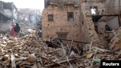 Người dân địa phương dọn dẹp đống đổ nát từ căn nhà bị phá hủy sau trận động đất hồi tuần trước ở Bhaktapur, Nepal, ngày 4/5/2015.