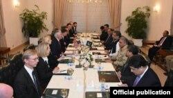 گفتگوی رکس تیلرسون وزیر خارجه آمریکا و هیات همراه با نخست وزیر و دیگر مقام های ارشد دولت پاکستان در اسلام آباد - ۲ آبان ۱۳۹۶