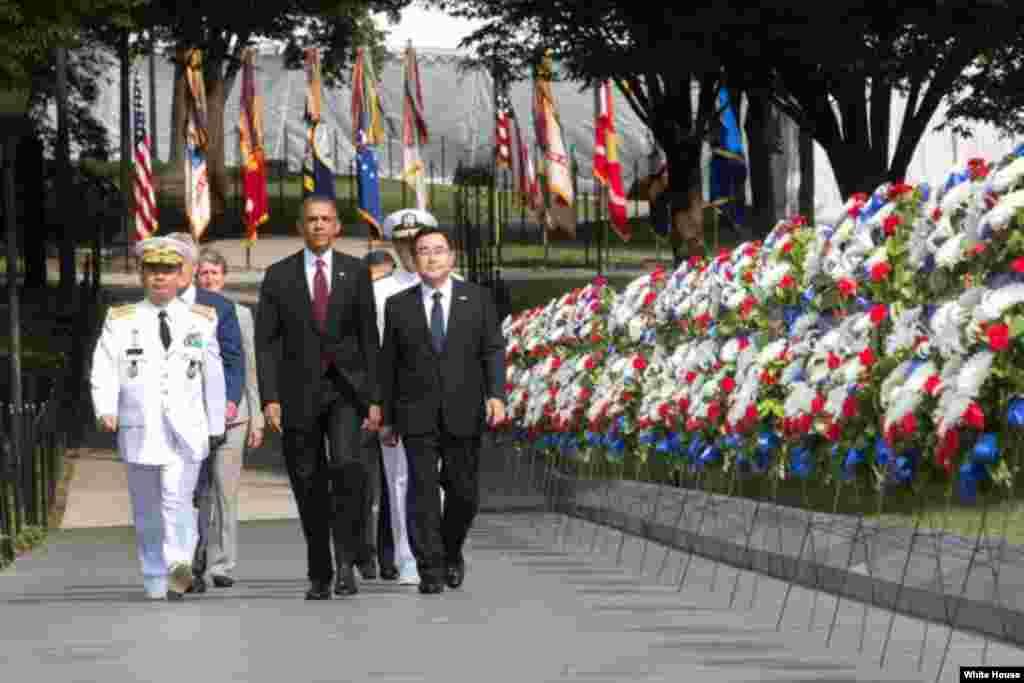 El presidente Barack Obama llega hasta a la conmemoración acompañado por el General Jung Seung-jo, jefe militar de Corea del Sur y el enviado especial de Corea del Sur, Kim Jung Hun.