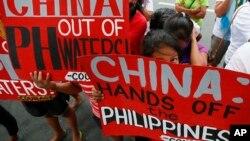 Người Philippines biểu tình chống Trung Quốc tại khu tài chính của thành phố Makati, phía đông Manila, ngày 12/11/2015.