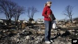 Cathy O'Hanlon mira con desconsuelo los restos carbonizados de su hogar en Queens, Nueva York.