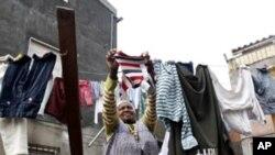 Domingas Gomes Varela, uma imigrante da CPLP seca roupa na Cova da Moura em Lisbon December 6, 2007. Portugal e Angola são os principais destinos dos cidadãos de outros países da CPLP