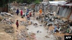 ពលរដ្ឋសូម៉ាលីដើរនៅតាមផ្លូវ បន្ទាប់ពីមានព្យុះភ្លៀងបោកបក់ទៅលើក្រុង Mogadishu កាលពីថ្ងៃទី៨ ខែមិថុនា ឆ្នាំ២០១៨។