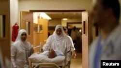 پرشک، که به شدت مجروح شده بود، به بخش مراقبت های ویژه بیمارستان انتقال یافت.